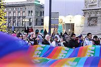 Milano: manifestazione in Piazza del Duomo per ricordare le vittime della strage di Charlie Hebdo. Ragazze musulmane partecipano all'iniziativa. Gen 10, 2015.<br /> Milan: demonstration to commemorate the victims of the massacre of Charlie Hebdo. Muslim girls participating. January 10, 2015