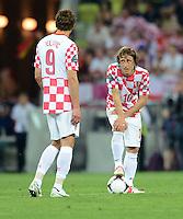 FUSSBALL  EUROPAMEISTERSCHAFT 2012   VORRUNDE Kroatien - Spanien                 18.06.2012 Nikica Jelavic (li) und Luka Modric (v.l., beide Kroatien) sind nach dem 0:1 enttaeuscht