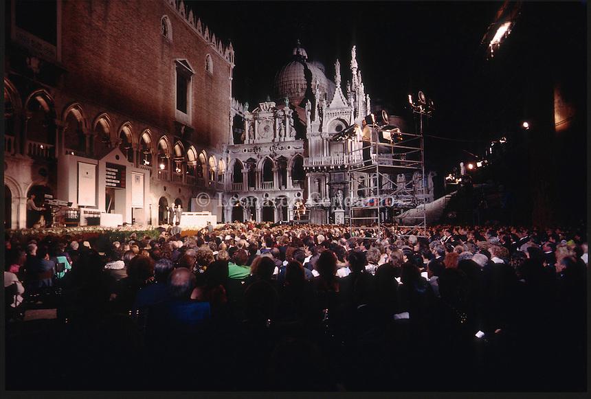 """Premio Campiello, Palazzo Ducale, settembre 1988. Vinto da Rosetta Loy con il libro """" Le strade di polvere """" edito da Einaudi. © Leonardo Cendamo"""