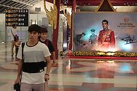 Le prince au contraire largment detesté de la population pour ses frasques dont les journaux se sont fait l'écho à tout de même son portrait dans l'aéroport de Bangkok, comme pour habituer la population à celui qui sera peut-être le successeur de l'actuel roi Bumibhol, très malade.