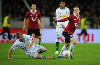 FUSSBALL   1. BUNDESLIGA    SAISON 2012/2013    9. Spieltag   Hannover 96 - Borussia Moenchengladbach         28.10.2012 Thorben Marx (li, Borussia Moenchengladbach) graetscht Jan Schlaudraff (re, Hannover 96) ab