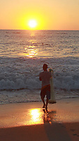 Puerto Escondido, Oaxaca. 01/11/2015.- En el marco de la temporada de fiestas en Puerto Escondido, Oaxaca, visitantes  nacionales y extranjeros pudieron disfrutar de la playa Zicatela, famosa por sus esplendidos atardeceres y fresca brisa, as&iacute; mismo, este espacio de la costa es apreciado internacionalmente por quienes practican surf, ya que gracias a sus olas est&aacute; considerado dentro de los 3 mejores lugares para este deporte a nivel mundial.<br /> <br /> En tanto se puede apreciar a las familias acompa&ntilde;adas por sus mascotas paseando por la orilla de esta playa o nadando cuando no est&aacute; el mar picado, as&iacute; mismo debido a sus magn&iacute;ficas puestas de sol, algunos novios arriban a este lugar hacer sus sesiones fotogr&aacute;ficas, en tanto, en sus extremos, los pescadores los ocupan para buscar animales marinos para venta y consumo.