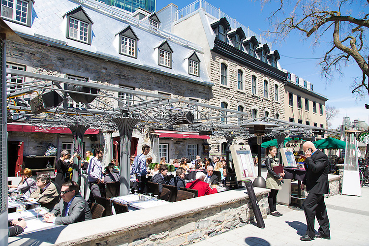Savini Restaurant is located on the Grand Allée and is a popular lunch spot for the locals who work in the area, particularly on sunny days where one can lunch with a view of the street.