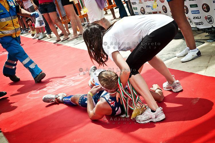 PESCARA (PE) 10/06/2012 - IRON MAN ITALY 70.3 ITALY. NELLA FOTO ATLETI CON MALORI ALL'ARRIVO. FOTO DI LORETO ADAMO