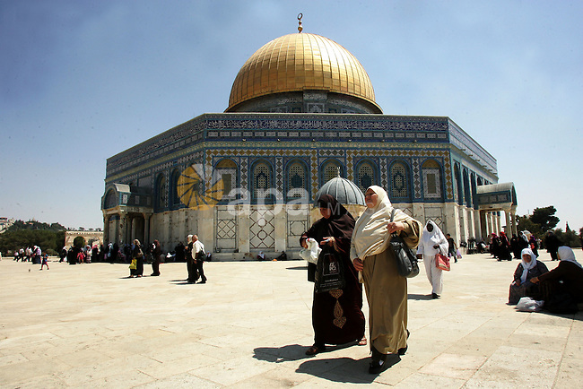 Palestinian Muslims walk past the Dome of the Rock in the al-Aqsa mosque compound in Jerusalem's old city 28 August 2011. Muslims throughout the world buy clothes and other popular items to prepare for The Eid aL-Fitr ,the festivities marking the end of the holy fasting month of Ramadan. Photo by Mahfouz Abu Turk