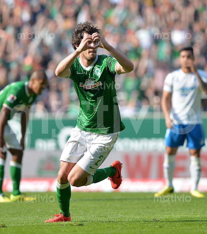 FUSSBALL   1. BUNDESLIGA   SAISON 2013/2014   31. SPIELTAG SV Werder Bremen - 1899 Hoffenhein                   19.04.2014 Torschuetze Santiago Garcia (li, SV Werder Bremen) bejubelt seinen Treffer zum  2:1.