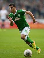 FUSSBALL   1. BUNDESLIGA   SAISON 2013/2014   9. SPIELTAG SV Werder Bremen - SC Freiburg                           19.10.2013 Oezkan Yildirim (SV Werder Bremen) am Ball
