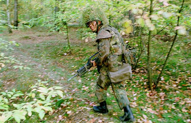 Rekruten der 2. Kompanie des Jaegerbatallions 1 BERLIN bei der Grundausbildung. Die Rekruten werden im Hinblick auf den ab Mai 2001 bevorstehenden Einsatz im Kosovo im Rahmen der KFOR ausgebildet. Unter ihnen befinden sich einige Soldaten, die nicht in Deutschland geboren wurden und die deutsche Staatsangehoerigkeit angenommen haben.<br /> Hier: Kim Huynh, 20 Jahre aus Vietnam.<br /> 18.10.2000, Berlin<br /> Copyright: Christian-Ditsch.de<br /> [Inhaltsveraendernde Manipulation des Fotos nur nach ausdruecklicher Genehmigung des Fotografen. Vereinbarungen ueber Abtretung von Persoenlichkeitsrechten/Model Release der abgebildeten Person/Personen liegen nicht vor. NO MODEL RELEASE! Nur fuer Redaktionelle Zwecke. Don't publish without copyright Christian-Ditsch.de, Veroeffentlichung nur mit Fotografennennung, sowie gegen Honorar, MwSt. und Beleg. Konto: I N G - D i B a, IBAN DE58500105175400192269, BIC INGDDEFFXXX, Kontakt: post@christian-ditsch.de<br /> Bei der Bearbeitung der Dateiinformationen darf die Urheberkennzeichnung in den EXIF- und  IPTC-Daten nicht entfernt werden, diese sind in digitalen Medien nach &sect;95c UrhG rechtlich gesch&uuml;tzt. Der Urhebervermerk wird gemaess &sect;13 UrhG verlangt.]