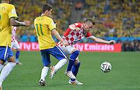 FUSSBALL WM 2014  VORRUNDE    Gruppe A    12.06.2014 Brasilien - Kroatien Oscar (li, Brasilien) gegen Ivica Olic (re, Kroatien)