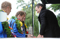KAATSEN: LEEUWARDEN: 'LKC Sonnenborgh', 16-09-2012, 99e Oldehovedag, Heren Hoofdklasse Uitnodiging, CDA-kamerlid Sander de Rouwe reikt de wisselprijs uit aan Koning Gert Anne van der Bos, een miniatuuruitgave van de Oldehove, ©foto Martin de Jong