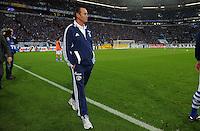 FUSSBALL   1. BUNDESLIGA   SAISON 2011/2012    9. SPIELTAG FC Schalke 04  - 1. FC Kaiserslautern                      15.10.2011 Huub STEVENS (Schalke) vor der Nordkurve in der Arnea auf Schalke