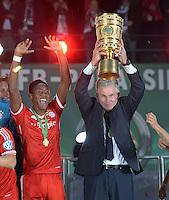 FUSSBALL       DFB POKAL FINALE        SAISON 2012/2013 FC Bayern Muenchen - VfB Stuttgart    01.06.2013 Bayern Muenchen ist Pokalsieger 2013: Trainer Jupp Heynckes (FC Bayern Muenchen) jubelt mit dem Pokal. Links: David Alaba