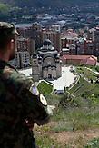 Ein Schweizer Soldat blickt über die geteilte Stadt Mitrovica. / A Swiss soldier looking at the divided city of Mitrovica.