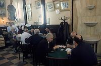 Europe/Turquie/Istanbul : Le grand bazar - Intérieur d'un café et partie de cartes