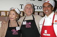 Krik & Anne Douglas, with LA Mayor Antonio Villaraigosa at the LA Mission Thanksgivng Feeding of the Homeless in    Los Angeles, CA.November 26, 2008.©2008 Kathy Hutchins / Hutchins Photo....