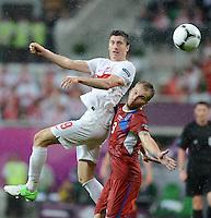FUSSBALL  EUROPAMEISTERSCHAFT 2012   VORRUNDE Tschechien - Polen               16.06.2012 Robert Lewandowski (li, Polen) gegen Michal Kadlec (re, Tschechische Republik)