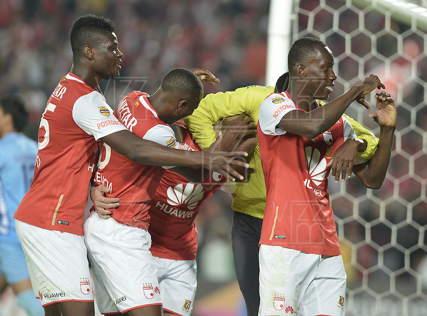 BOGOTÁ -COLOMBIA, 27-03-2016. Baldomero Perlaza (Der) jugador de Santa Fe celebra después de anotar gol al Huila durante partido aplazado entre Independiente Santa Fe y Atlético Huila por la fecha 8 de la Liga Aguila I 2016 jugado en el estadio Nemesio Camacho El Campin de la ciudad de Bogota.  / Baldomero Perlaza (R) player of Santa Fe celebrates after scoring a goal to Huila during postponed match between Independiente Santa Fe and Atletico Huila for date 8 of the Liga Aguila I 2016 played at the Nemesio Camacho El Campin Stadium in Bogota city. Photo: VizzorImage/ Gabriel Aponte / Staff