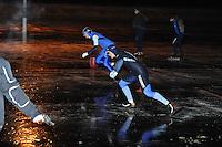 KORTEBAAN: NIJELAMER: IJsvereniging Nijelamer, 15-01-2012, Schaatsseizoen 2012-2013, Eerste kortebaanwedstrijd voor vrouwen, Marit Dekker (achter) tegen uiteindelijke winnares Leslie Koen, ©foto Martin de Jong