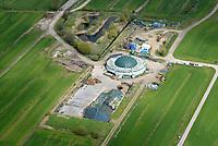 Biogasanlage Reitbrook: DEUTSCHLAND, HAMBURG 29.04.2017: Die Biogasanlage (BGA) in Hamburg-Reitbrook wird mit nachwachsenden Rohstoffen, die auf den umliegenden Feldern der Landwirtschaft angebaut und siliert werden, testweise betrieben. Dabei wir auf einen Anbau Mix verschiedener Pflanzen wie zum Beispiel Sonnenblumen, Triticale, Mais, Gras und Sorgum geachtet. Zus&auml;tzlich sollen Abfallprodukte aus der Landwirtschaft wie zum Beispiel G&uuml;lle, Gr&uuml;nschnitt oder Obstreste eingesetzt werden. Das entstehende Biogas wird in einem Blockheizkraftwerk in regenerativen Strom und W&auml;rme umgewandelt. Der Strom wird ins &ouml;ffentliche Netz eingespeist; &uuml;ber ein Nahw&auml;rmenetz werden die umliegenden Wohngeb&auml;ude mit W&auml;rme versorgt. Der G&auml;rrest, der in der BGA entsteht, wird wieder auf die Felder ausgebracht und versorgt die Pflanzen mit N&auml;hrstoffen. Somit entsteht ein geschlossener Kreislauf ohne Abfallprodukte. <br /> Amphibienvorkommen, vielerlei Insekten und seine Flora zeichnet sich das Schutzgebiet aus.