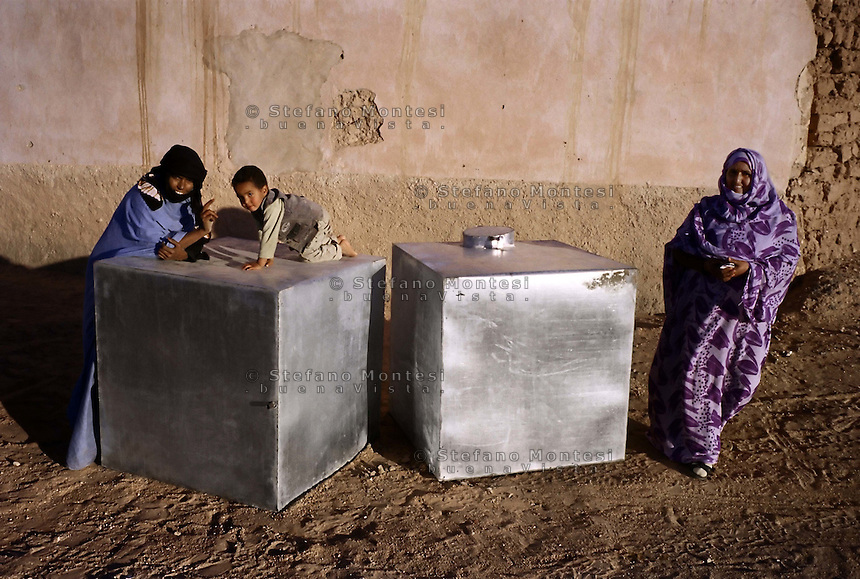 "Sahara Occidentale .Gennaio 2009 .Campo Profughi Saharawi di El Ayoun..La consegna delle cisterne per acqua potabile da parte dell'associazione ASAPS ""ENZO Mazzarini"".Western Sahara.January 2009.Saharawi refugee camp of El Ayoun..Delivery of the tanks for drinking water by the association A.S.A.P.S. ""ENZO MAZZARINI""."