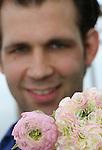 Foto: VidiPhoto<br /> <br /> TUIL - Hoe doet 'ie dat toch? Regelmatig komen collegakwekers een kijkje nemen bij de kwalitatief hoogwaardige ranonkels van Rijk de Jongh Flowers uit Tuil. Met 300.000 takken per jaar is de Gelderse bloemenkweker niet de grootste (ook niet de kleinste), maar we een van de beste ranonkelproducent van Nederland. Op veiling Aalsmeer worden de hoogste prijzen geboden voor deze voorjaarsbloem uit Tuil. De Jongh steekt dan ook veel tijd in het bewaken van de kwaliteit, vooral als de temperaturen stijgen . De ranonkel (oogsttijd van half maart tot eind mei) neemt in populariteit nog steeds toe bij het grote publiek. De uitbundig bloeiende bloem is zeer gewild bij arrangeurs en in bruidsboeketten. Maar niet alleen bij Nederlandse consumenten, ook wereldwijd is de ranonkel bijzonder geliefd. Tot in Europese koningshuizen toe. Zo'n 90 procent van de productie gaat dan ook de grenzen over. De nog jonge kweker heeft vanaf de start van zijn bedrijf tien jaar geleden, al ranonkels geteeld. &quot;Dit is echt mijn ding. En het geeft een voldaan gevoel als handelaren speciaal naar jouw product vragen.&quot;