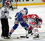 Eishockey Deutscher Eishockey-Pokal Arena Nuernberg (Germany) Halbfinale Nuernberg IceTigers - Adler Mannheim (1:5) Bulli rechts Josef Menauer (Icetiger) links Jason Podollan (Mannheim)