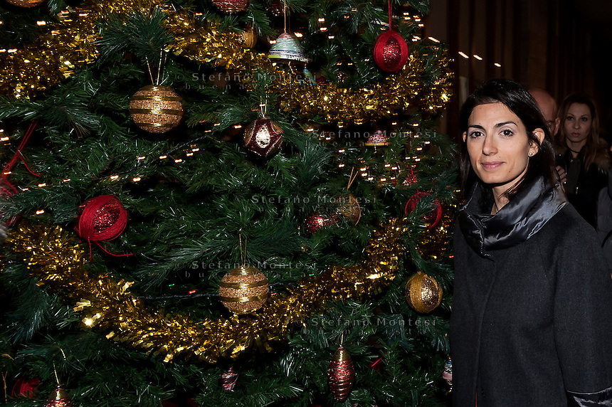 """ROME, ITALY -  DECEMBER 24:  Rome Mayor Virgina Raggi  during  Christmas Mass at the hostel """"Don Luigi Di Liegro"""" to Termini Station, with the  guests of Caritas on December 24, 2016 in Rome, Italy. (Photo by Stefano Montesi/Corbis via Getty Images)"""