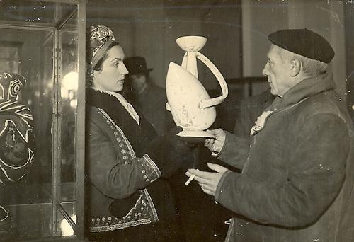 Picasso  exposes poteries a la Galerie de L' Elysee  à Paris.  A la Maison de la Pensee Française, rue de l' Elysee, a eu lieu le vernissage de l' exposition des Poteries de Picasso.