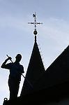 Foto: VidiPhoto<br /> <br /> SLIJK-EWIJK - Schoonmaker Jean-Paul den Aantrekker uit Andelst verwijdert maandag ruim 400 kilo aan bladresten en andere troep uit de dakgoten van  het beroemde witte kerkje langs de dijk in Slijk-Ewijk. De goten van het Betuwse rijksmonument uit de 15e eeuw, dat onlangs is verkocht aan een kunstenares uit een naburig dorp, blijken jarenlang niet schoongemaakt te zijn. Volgens Den Aantrekker, die gespecialiseerd is in het schoonmaken van kerkgebouwen, vergeten kosters en kerkenraden -maar ook huiseigenaren- vaak na de herfst hun dakgoten leeg te scheppen. Met als gevolg schade door het enorme extra gewicht en lekkages. Een vuile dakgoot heeft geen enkele functie meer.