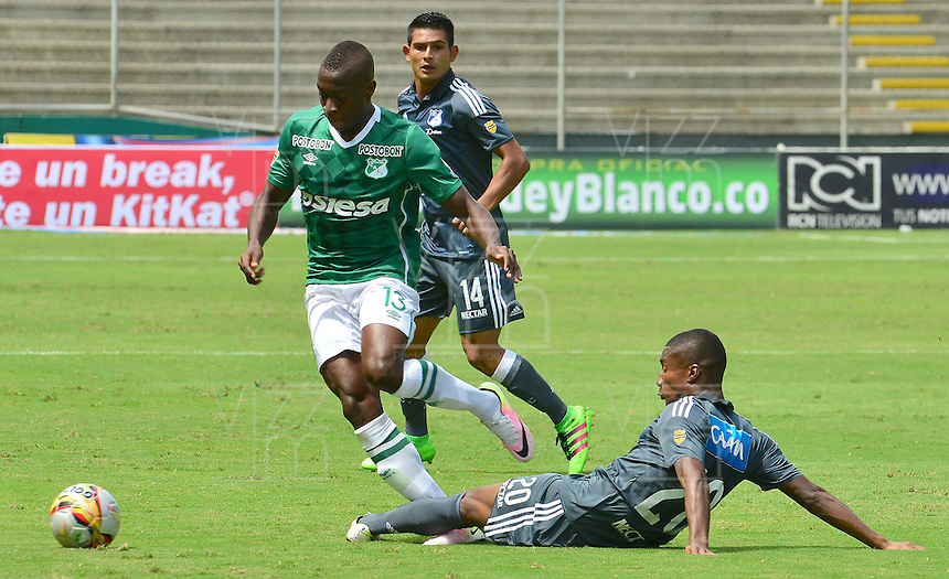CALI -COLOMBIA-17-04-2016. Helibelton Palacios (Izq) del Deportivo Cali disputa el balón con Hector Quiñones (Der) de Millonarios durante partido por la fecha 13 de la Liga Águila I 2016 jugado en el estadio Palmaseca de Cali./ Helibelton Palacios (L) player of Deportivo Cali fights for the ball with Hector Quiñones (R) player of Millonarios during match for the date 13 of the Aguila League I 2016 played at Palmaseca stadium in Cali. Photo: VizzorImage/ NR / Cont