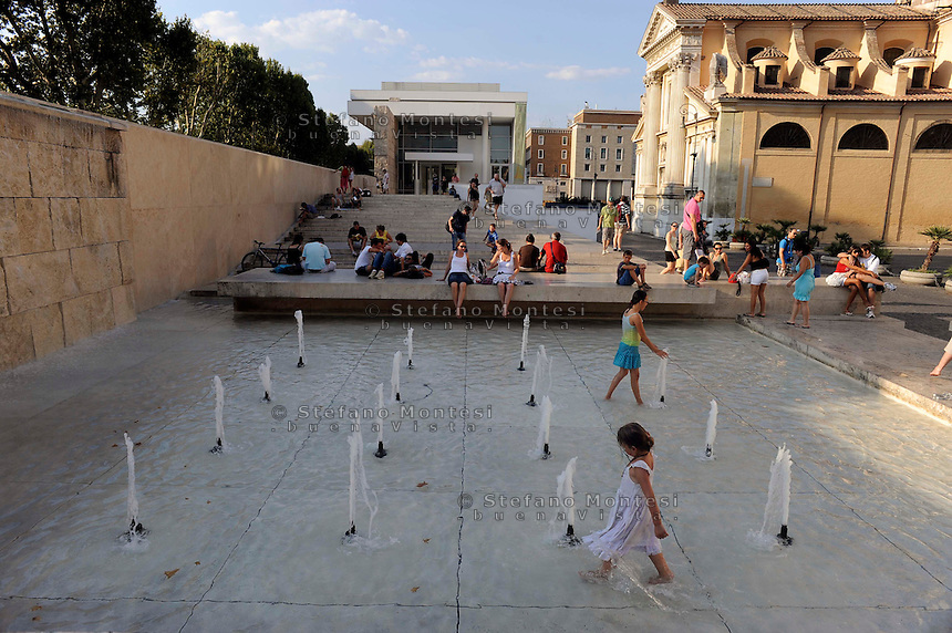 Roma !9 Agosto 2009.Bambini  si bagnano nella Fontana di via Ripetta di fronte al Ara Pacis per alleviare il caldo afoso e  la temperatura elevata che secondo la Protezione Civile potrebbe arrivare a 40 gradi..Rome 19 August 2009.Children try to cool off at the Fountain in via Ripetta in downtown Rome,  on a hot mid-summer afternoon. Italy's civil protection department on 17 August said a severe heat-.wave may hit nine Italian cities. The temperatures may reach and go beyond 40 degrees centigrade.