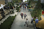 Foto: VidiPhoto<br /> <br /> DEN BOSCH &ndash; Duizenden bezoekers van TuinIdee verwonderen zich in de klimaatkamers en voorbeeldtuinen van TuinIdee 2017. Het grootste tuinevent van Nederland, met tal van noviteiten en innovaties, is donderdag onder enorme belangstelling van tuinliefhebbers voor de 25e maal op rij van start gegaan. Op TuinIdee is dit jaar voor het eerst een klimaatbestendige tuin ingericht met watermanagement en aandacht voor duurzaamheid. In de spectaculaire klimaatkamers worden natuurverschijnselen als mist, heftige hoosbuien en extreme droogte nagebootst. Verder is er een groot aantal voorbeeld- en trendtuinen ingericht, zoals de energieke, de ge&euml;mancipeerde en harmonieuze tuin. Voor advies van kwekers, de plantendokter of tuinontwerpers kunnen bezoekers terecht in het Tuinatelier, waar gratis tuinschetsen gemaakt worden. De organisatie verwacht tot en met zondag meer dan 30.000 belangstellenden in de Brabanthallen in Den Bosch.