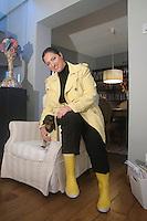 Stefania Petyx con il suo bassotto Carolina nel suo soggiorno.<br /> Stefania Petyx with her dog in the living room.
