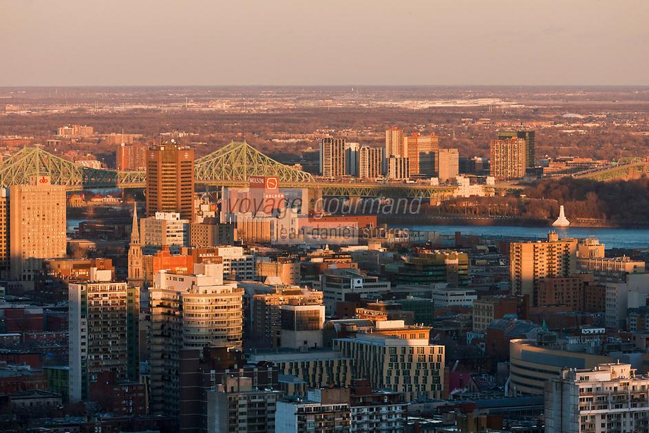 Amérique/Amérique du Nord/Canada/Québec/Montréal: La ville et le fleuve Saint-Laurent, vus depuis Le sommet du mont Royal : 233 m - Le pont Jacques-Cartier enjambe le fleuve Saint-Laurent entre l'île de Montréal et la ville de Longueuil