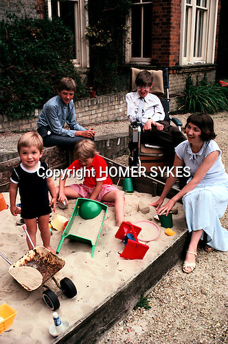 PROFESSOR STEPHEN HAWKING AT HOME WITH HIS YOUNG FAMILY CAMBRIDGE ENGLAND 1981. HIS FIRST WIFE JANE. 1980s UK.<br />