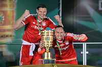 FUSSBALL       DFB POKAL FINALE        SAISON 2012/2013 FC Bayern Muenchen - VfB Stuttgart    01.06.2013 Bayern Muenchen ist Pokalsieger 2013: Daniel van Buyten und  Franck Ribery v.l.) jubeln mit dem Pokal