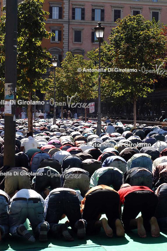 Ramadan Eid al-Fitr.Gli immigrati musulmani si incontrano a Piazza Vittorio, Roma, per la preghiera di Eid al-Fitr che segna la fine del mese di digiuno del Ramadan. .Muslim immigrants meet in Piazza Vittorio, in Rome's Esquilino multi-ethnic quarter, for Eid al-Fitr prayer for the end of the fasting month of Ramadan...
