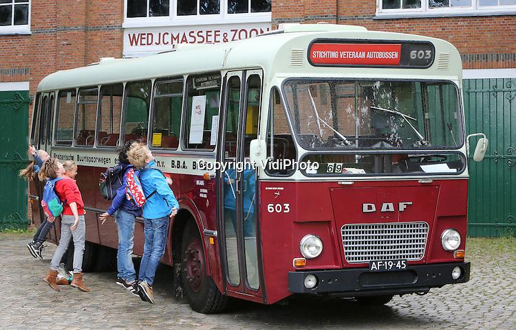 Foto: VidiPhoto<br /> <br /> ARNHEM - Line up voor een historische bus in het Nederlands Openluchtmuseum vrijdag. Tevergeefs, want ze rijden pas zaterdag en zondag tijdens een evenement rond historisch stads- en streekvervoer. Een tiental historische bussen uit het hele land, waarvan de oudste dateert uit 1927, is in het museum te bewonderen. Met enkele bussen mag zelfs een rondrit gemaakt worden. Naast het eigen trammaterieel van het museum, zijn ook de motorwagen en twee bijwagens van de EMA (Stichting Electrische Museumtramlijn Amsterdam) te bewonderen.  Tijdens het evenement, dat tevens een opmaat is voor volgend jaar naar het 20-jarig bestaan van de tram in het museum, worden ook diverse modeltrambanen getoond en mogen kinderen zich verkleden als tramconducteur.