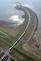 Elbfaehre Glückstadt mit LKW Schlange: EUROPA, DEUTSCHLAND, SCHLESWIG- HOLSTEIN, NIEDERSACHSEN(GERMANY), 28.03.2017: Die Elbfaehre Glueckstadt–Wischhafen ist eine Reederei mit Hauptsitz im schleswig-holsteinischen Glueckstadt. Sie betreibt die gleichnamige Faehrverbindung, die zugleich die nordwestlichste Moeglichkeit ist, die Elbe zwischen Schleswig-Holstein und Niedersachsen mit Kraftfahrzeugen und Fahrraedern zu queren.