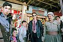 Irak 2000.A Kala Diza, deux générations de Kurdes, le jeune habillé à l'occidentale, le plus agé en tenue traditionnelle.Iraq 2000.In Kala Diza, modern and traditional styles side by side