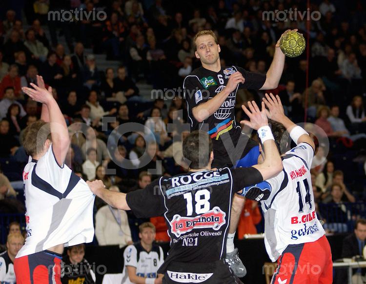 Handball Herren 1.Bundesliga 2002/2003 Color Line Arena Hamburg (Germany) SG Wallau-Massenheim - HSV Hamburg (25:28) Christian Rose (Wallau) im Sprungwurf, vorne Gregor Werum (Wallau) rechts Bertrand Gille (HSV)