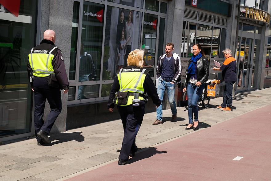 Nederland, Utrecht, 30 mei 2015<br /> Twee handhavers surveilleren op straat voor de veiligheid.<br /> <br /> Foto: Michiel Wijnbergh