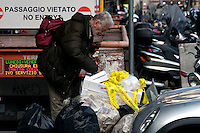 Roma 17 Novembre  2010.Un uomo cerca del cibo tra i rifiuti nella zona della Stazione Termini.Rome 17  November 2010.A man looking for food in the garbage in the area of Termini Station..
