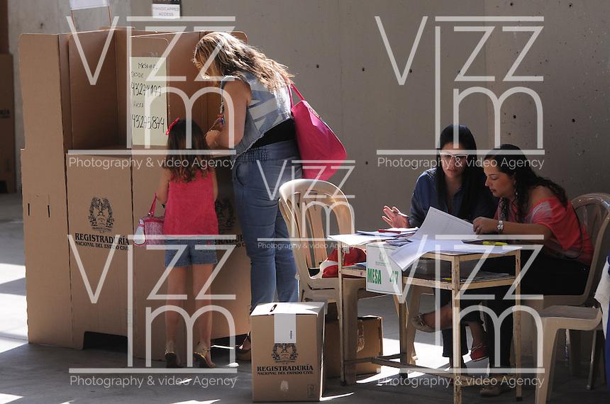 MEDELLÍN -COLOMBIA. 25-05-2014. Colombianos ejercen su derecho al voto en el Palacio de Exposiciones en Medellín durante la jornada de elecciones Presidenciales en en Colombia que se realizan hoy 25 de mayo de 2014 en todo el país./ Colombian people exerts their right to vote in the Palacio de Exposiciones in Medellín during the day of Presidential elections in Colombia that made today May 25, 2014 across the country. Photo: VizzorImage / Luis Rios /Str