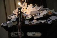 Statua di Sant' Antonio nella Chiesa di S. Maria in Trastevere a Roma..I fedeli e i pellegrini lasciano dei messaggi e dei foglietti per richiedere la grazia e l'intervento del Santo..The faithful and pilgrims leave messages and request to ask for grace and intervention of the Holy.Statue of St. Anthony.Church of S. Maria in Trastevere. .The faithful and pilgrims leave messages and request to ask for grace and intervention of the Holy.