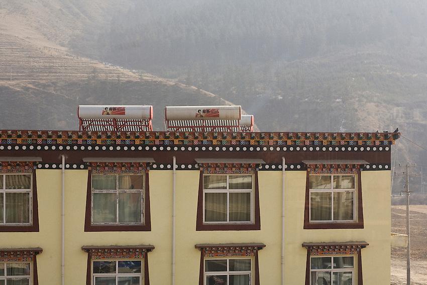 Des chauffe-eau solaires sur le toit d'un hotel de Xiahe. decembre 20009