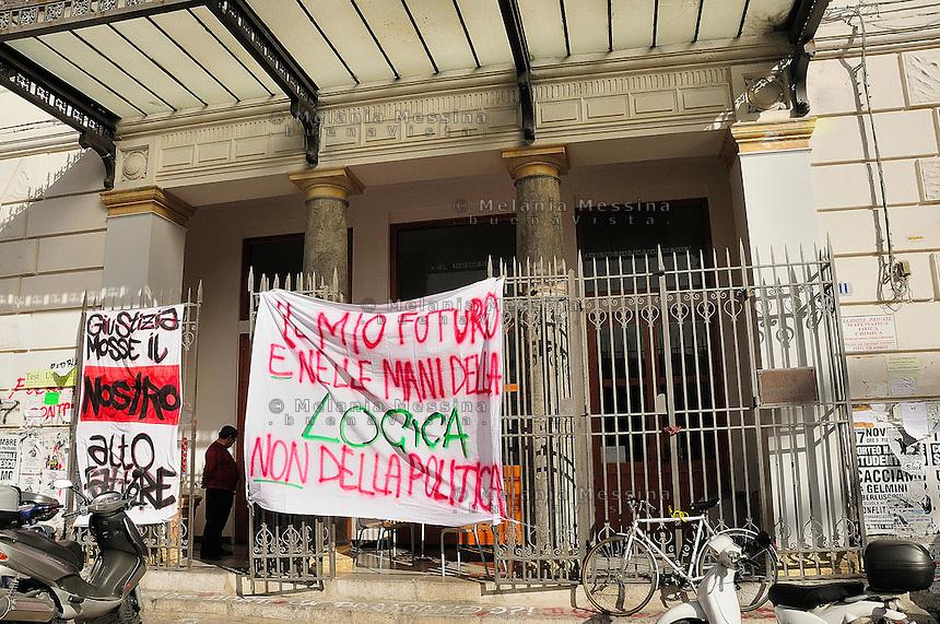 Il 30 novembre momento di picco della protesta degli studenti a Palermo: ingresso di uno dei licei occupati a Palermo.<br /> One of the school of Palermo occupied by the students during the protest against the reform of public school and university.