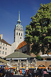 "St Peters Church, foreground market area ""Viktualiemarkt"" and surrounding cafés, Munich, Bavaria, Germany."