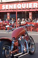 """Europe/Provence-Alpes-Côte d'Azur/83/Var/Saint-Tropez: Harley-Davidson sur le quai du port devant la terrasse de """"Senequier"""""""