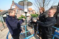 ALGEMEEN: GORREDIJK: 29-03-2014, Vrijwilligers fleuren het centrum van het dorp op, Jappie Feenstra, Dennis de Boer, Wessel Kort, Pier van der Meulen, ©foto Martin de Jong